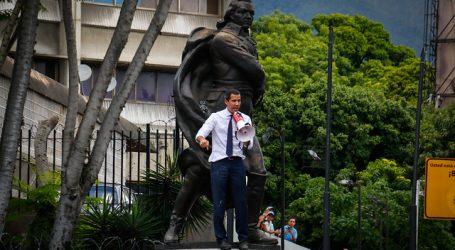 Juan Guaidó entra a la fuerza y se juramenta como presidente del Parlamento