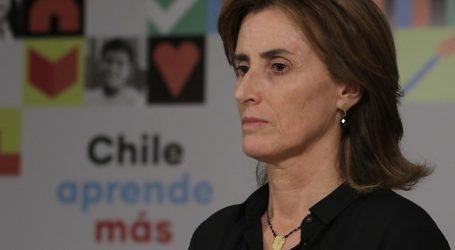 Ministra Cubillos presenta querella por afiche en que la apuntan con una pistola