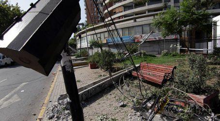 Camión derribó diez postes y dejó sin luz a vecinos de Ñuñoa