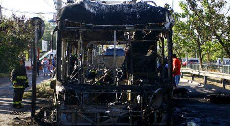 Queman bus del Transantiago en Pío Nono con Av. Santa María
