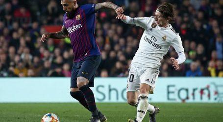 FC Barcelona de Vidal espera extender su ventaja en la cima en un Clásico clave