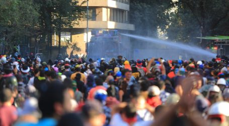 Metro cierra estación Universidad Católica por manifestaciones en el exterior