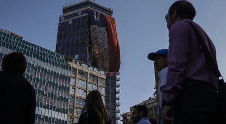 27F: Despliegan réplica gigante de bandera de Iloca en el centro de Santiago