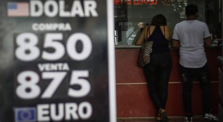Dólar cierra con una caída de más de $4