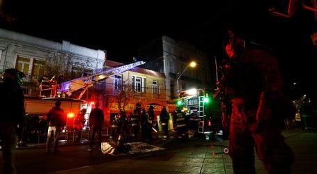 Incendio afecta a locales comerciales en Valparaíso