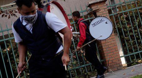 Chinchineros alegran vecinos de comunas que salieron de cuarentena