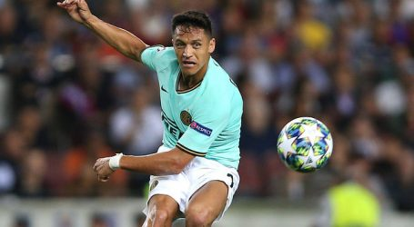 """En Italia coinciden que Alexis estuvo """"mucho mejor que Lautaro"""" ante Napoli"""