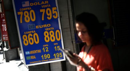 El dólar abrió la semana a la baja y quedó por debajo de los 800 pesos