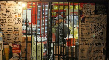 Detienen a pareja por tratar de robar botillería en el centro de Santiago