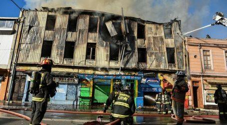 Incendio afecta a cuatro locales comerciales en Valparaíso