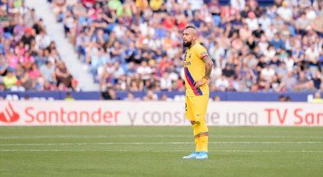 Hinchas del FC Barcelona le hacen la cruz a Arturo Vidal y piden su salida