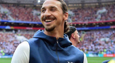 Zlatan Ibrahimovic continuará jugando en el AC Milan esta temporada