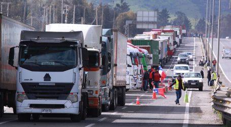 Camionero muere atropellado por otro camión que cruzaba bloqueo en Curicó