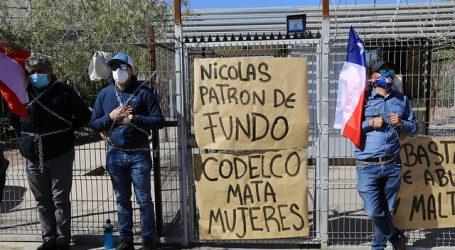 Trabajadores de Chuquicamata se encadenan a edificio de Codelco en Calama