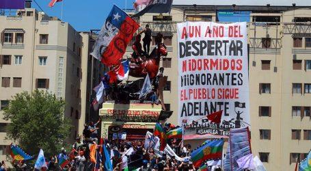 Manifestantes nuevamente pintan de rojo la estatua de Baquedano en Plaza Italia
