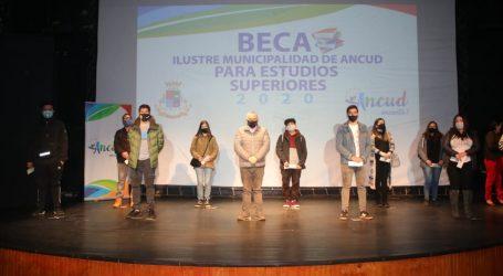 Municipalidad de Ancud entrega 144 becas, por 48 millones de pesos