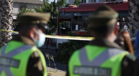 Bus del sistema RED impactó contra dos casas en la comuna de Maipú