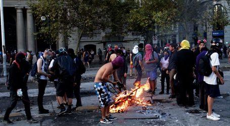 Carabineros reportó 30 detenidos por desórdenes en el centro de Santiago