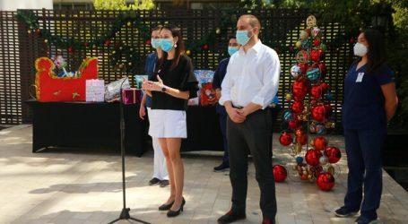 Ministro Bellolio entrega regalos de Navidad a niños en residencias sanitarias