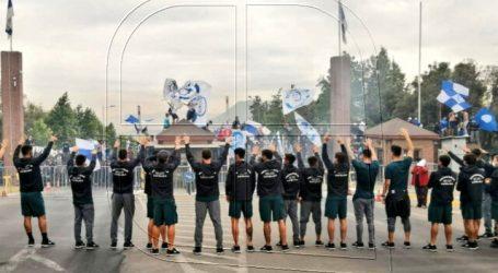 Hinchada de la UC realizó banderazo en San Carlos en apoyo al plantel cruzado