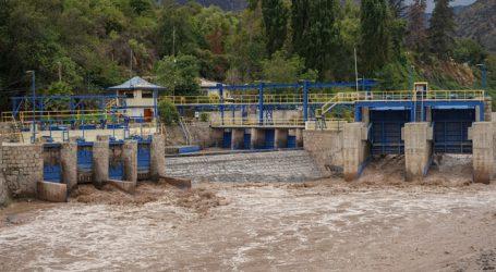 Autoridades llaman a juntar agua ante eventual corte masivo en la RM