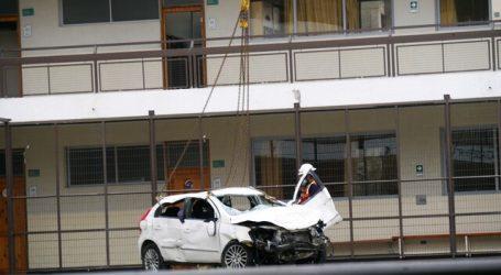 Retiran auto que quedó sobre techo de gimnasio en Viña del Mar tras accidente