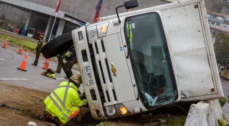Camión se volcó en la bajada Santos Ossa en Valaparaíso