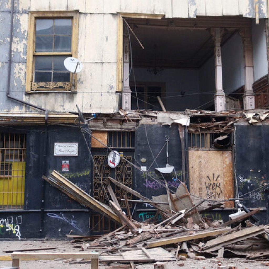 Valparaíso: Muro de Bar Inglés se derrumba y cae en la vereda