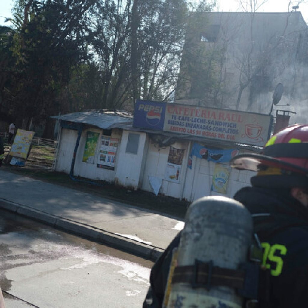 Incendio afectó a cafetería del Hospital Barros Luco en San Miguel