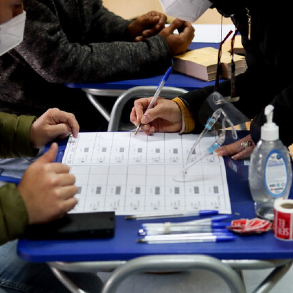 Comenzó el cierre de mesas y conteo de votos en 13 regiones del país