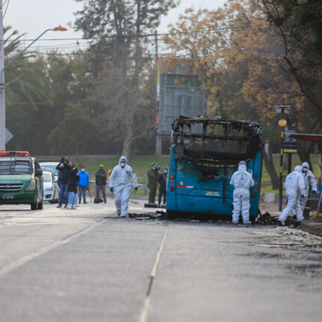 Sujetos incendiaron bus del Transantiago en la comuna de Peñalolén