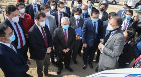 Autoridades y ejecutivos de Sinovac visitan posible terreno de planta de vacunas
