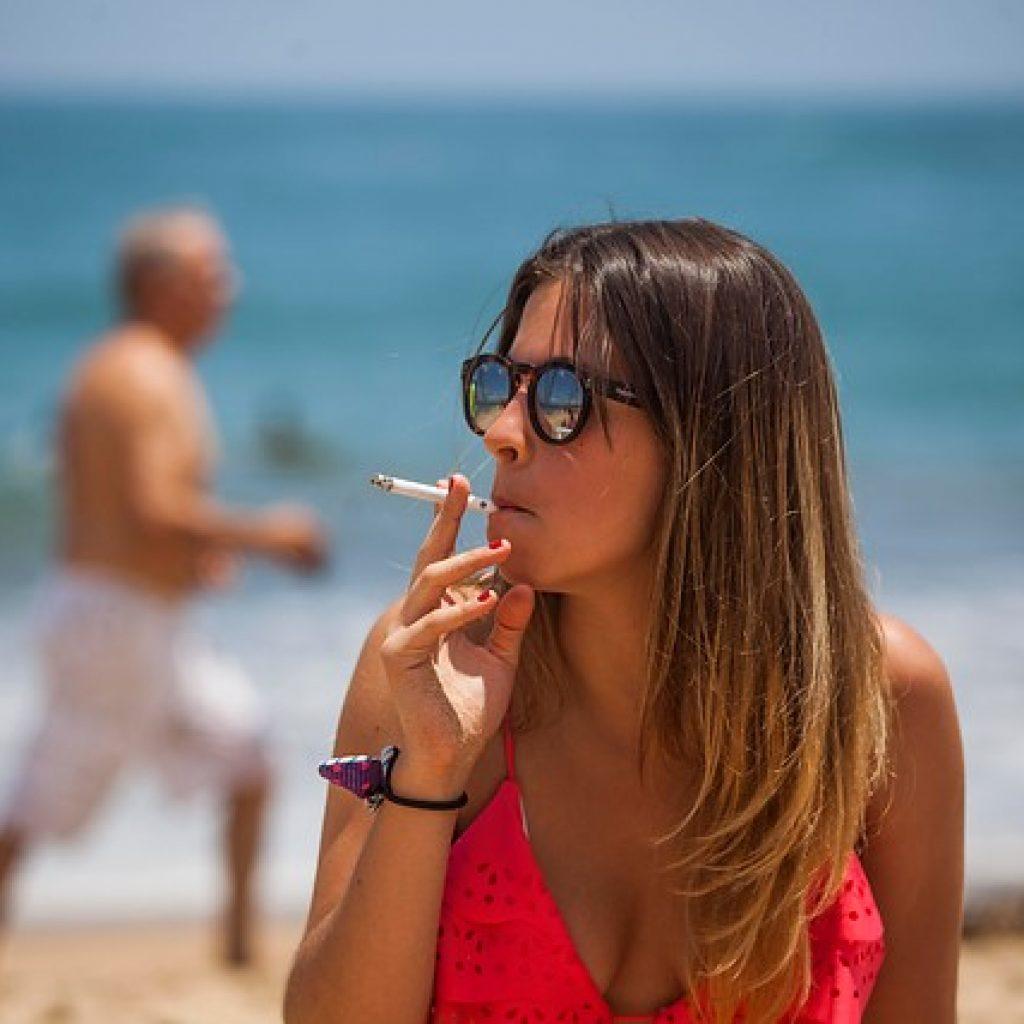 Prohibición de fumar en playas: 85,7% está favor del proyecto en general