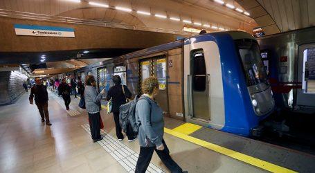 Detienen a dos sujetos por rayar vagón del Metro de Santiago en la Línea 4A