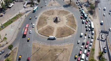 Delegación retira escombros ubicados en perímetro de la estatua de Baquedano